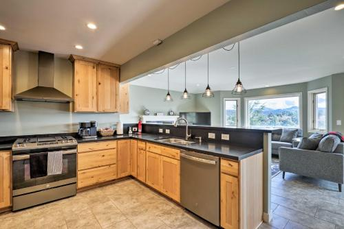 A kitchen or kitchenette at Prescott National Forest Retreat Less Than 5 Miles to Dwtn!