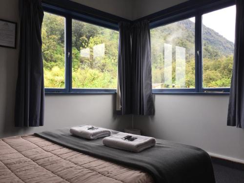 A bed or beds in a room at Franz Josef Montrose Hostel Lodge