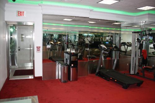 Das Fitnesscenter und/oder die Fitnesseinrichtungen in der Unterkunft Yonge Suites Furnished Apartments