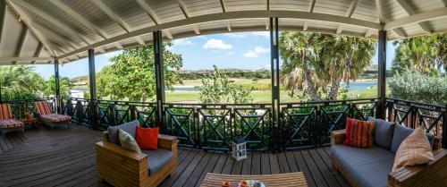 Uma varanda ou terraço em Blue Bay Beach Villa at Pool and Golfcourse