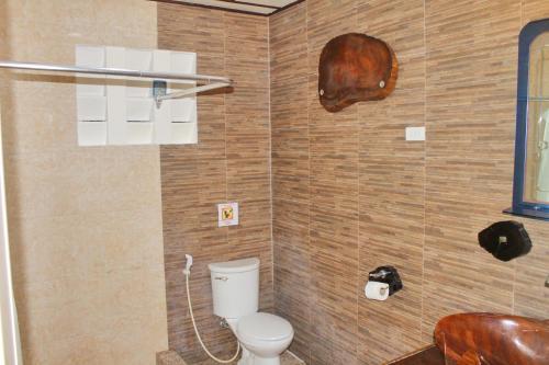A bathroom at Deep Forest Garden Hotel