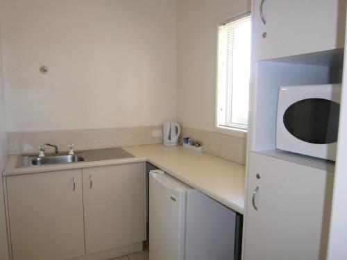 A kitchen or kitchenette at Kellys Motel Oakey