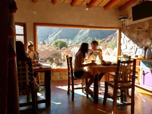 Un restaurant u otro lugar para comer en Hosteria La Pushka