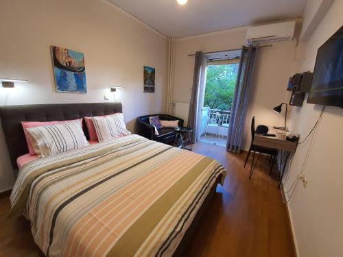 A bed or beds in a room at Martelaou Studio 24h to airport
