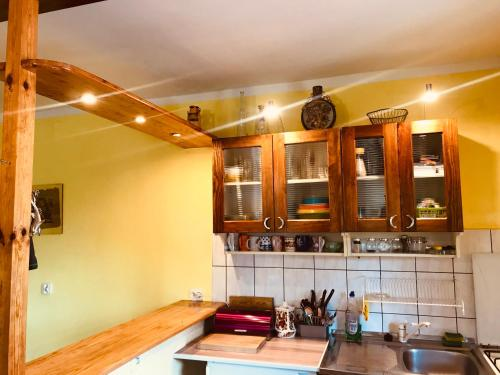 A kitchen or kitchenette at DOM NaD JEZIOREM