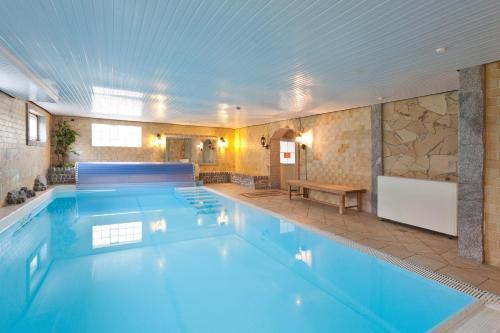 Der Swimmingpool an oder in der Nähe von Seebauer Hotel Gut Wildbad