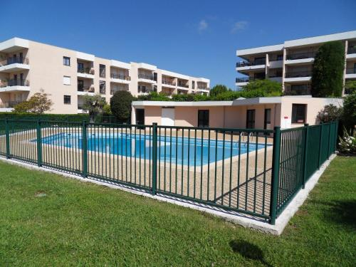 The swimming pool at or close to Appartement 3 pieces, refait a neuf, haut standing, piscine, mer a pieds