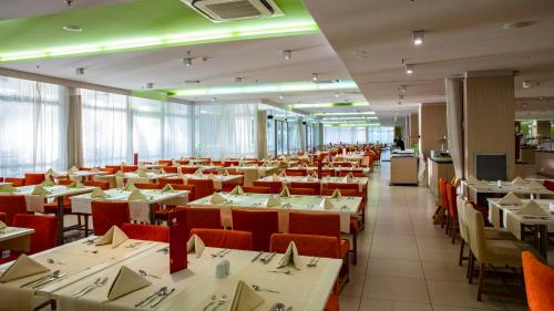 A restaurant or other place to eat at Family Hotel Vespera