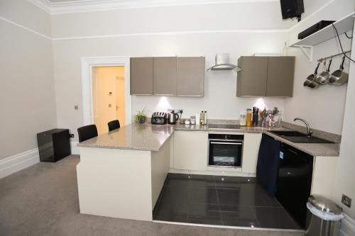 A kitchen or kitchenette at Spacious 2 bedroom town centre flat in the heart of the Triangle