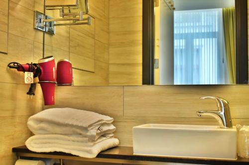A bathroom at Hotel Agora Brussels Grand Place