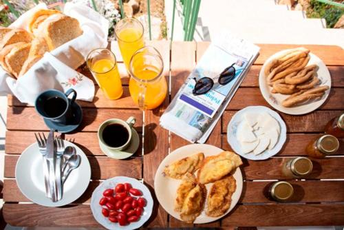 Breakfast options available to guests at Chamaloni Cottages