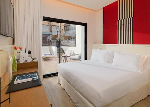 A bed or beds in a room at H10 Cubik 4* Sup
