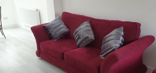 A seating area at Modern Rochester 3 Bed House with Private Parking