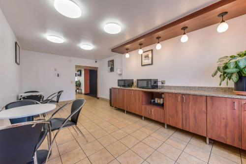 A kitchen or kitchenette at Motel 6-Saint Paul, MN - I-94