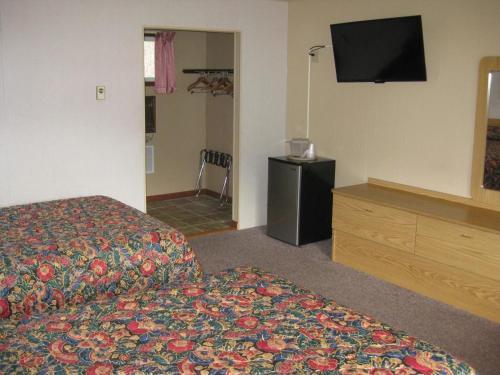 TV at/o entertainment center sa Brookside Motel & Cabins