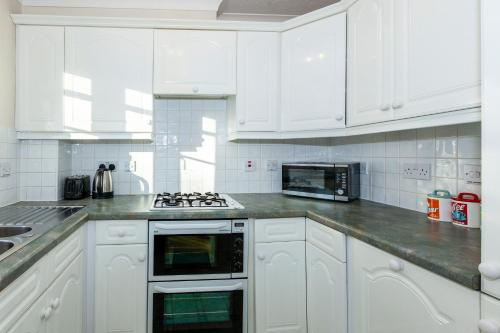 A kitchen or kitchenette at Churchill Way Suite