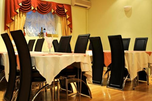 A restaurant or other place to eat at City View Hotel