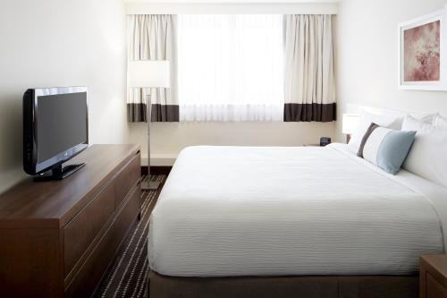 A bed or beds in a room at Residence Inn by Marriott Montreal Westmount