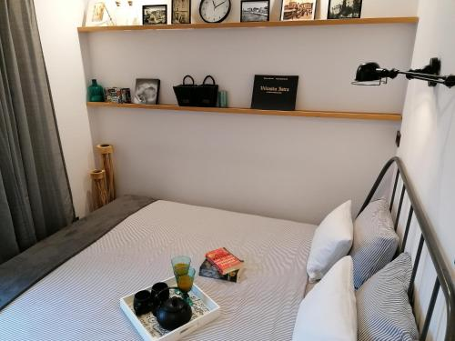 A bed or beds in a room at Apartman Kika