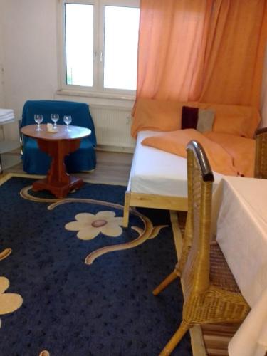 Ein Sitzbereich in der Unterkunft Kurze Pause mit dem Geruch von Holz