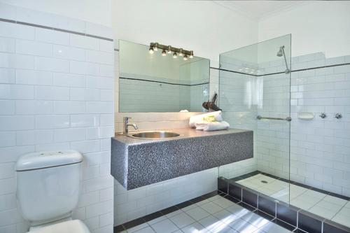 A bathroom at BEST WESTERN Geelong Motor Inn & Serviced Apartments