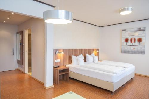 A bed or beds in a room at Das Ebertor - Hotel & Hostel
