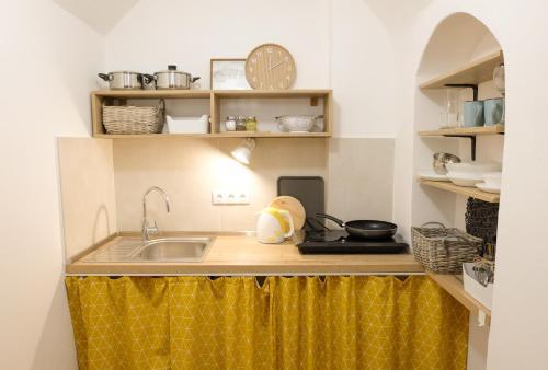 Kuchyňa alebo kuchynka v ubytovaní STUDIO ELA Centre