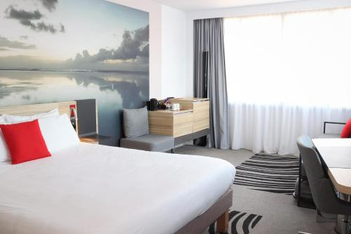 A bed or beds in a room at Novotel Edinburgh Centre