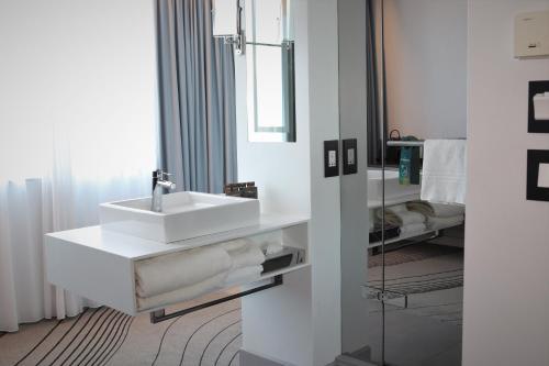 A bathroom at Novotel Edinburgh Centre