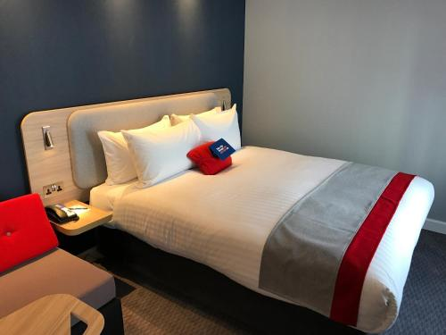 A bed or beds in a room at Holiday Inn Express - Birmingham - City Centre, an IHG hotel