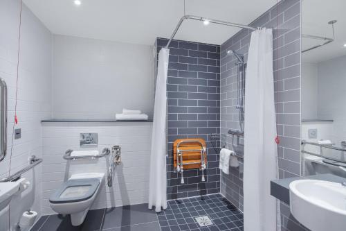 A bathroom at Holiday Inn Express - Birmingham - City Centre, an IHG hotel