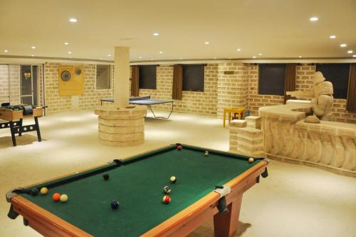 A pool table at Hotel de Sal Cristal Samaña