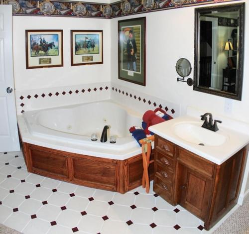 A bathroom at Rosberg House