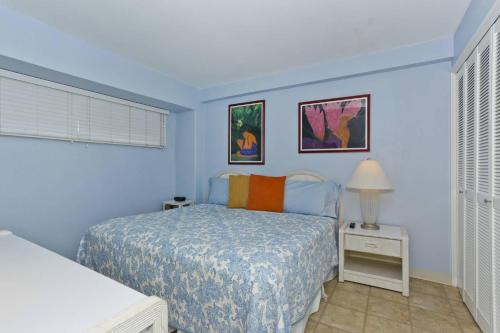 A bed or beds in a room at Waikiki Park Heights #1711