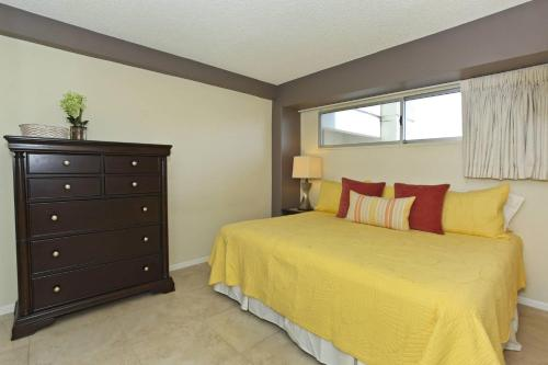 A bed or beds in a room at Waikiki Park Heights #1705