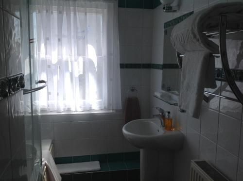 A bathroom at Woodbine City Rooms