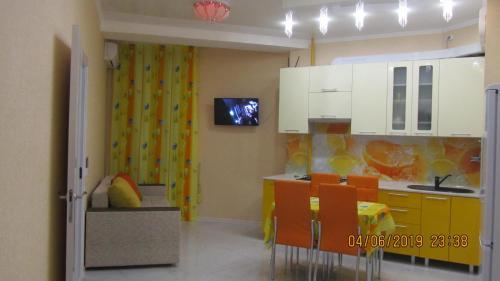 A kitchen or kitchenette at 2-х комн. квартиры по Крымской,19