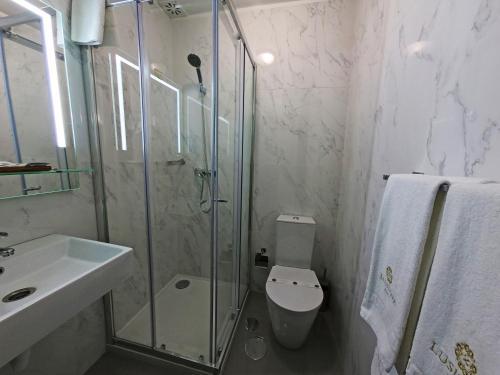 Salle de bains dans l'établissement Lusitana Hotel
