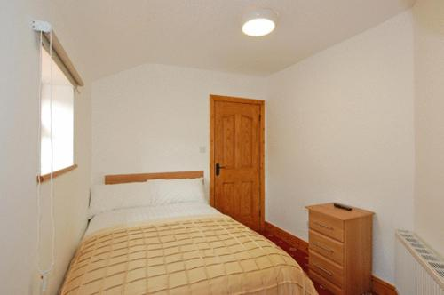 A bed or beds in a room at Abbington House