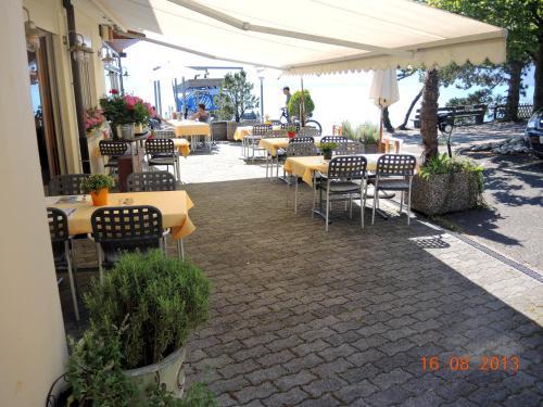 Ein Restaurant oder anderes Speiselokal in der Unterkunft Restaurant Hotel Seegarten