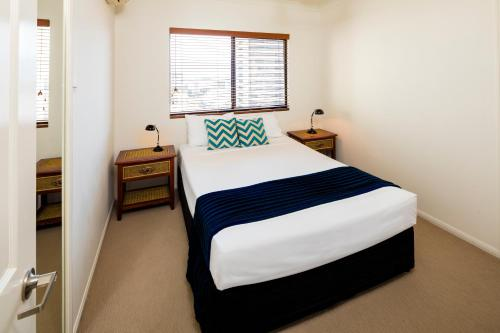 A bed or beds in a room at Jack and Newell Holiday Apartments