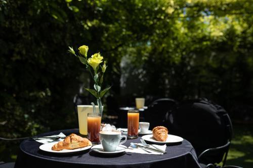 Ein Restaurant oder anderes Speiselokal in der Unterkunft Hotel Cavallino Bianco