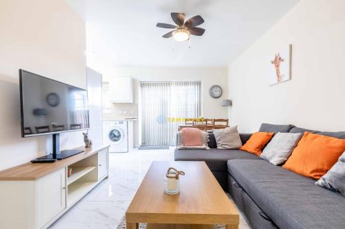 2 BED Modern apartment. Close to station & PARKING