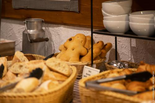 Breakfast options available to guests at Hôtel le Saint Nicolas