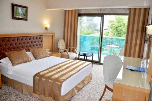 سرير أو أسرّة في غرفة في فندق أورسماريس البوتيكي