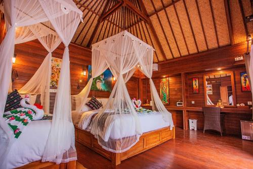 A bed or beds in a room at Sunset Garden Nusa Lembongan