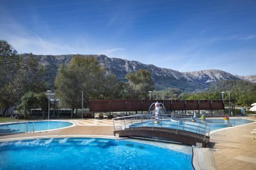 Basen w obiekcie Corinthia Baška Sunny Hotel by Valamar lub w pobliżu