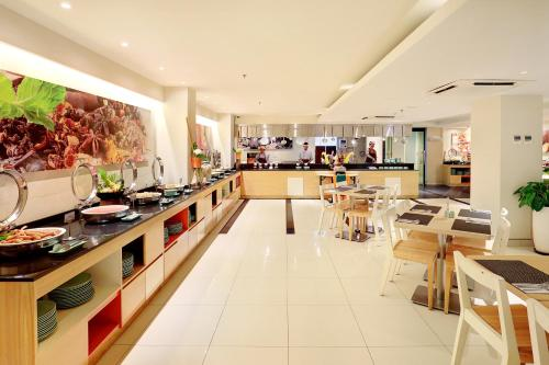 A restaurant or other place to eat at HARRIS Hotel Seminyak