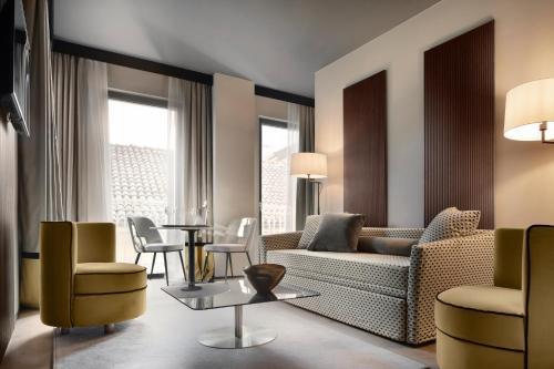 A seating area at Speronari Suites