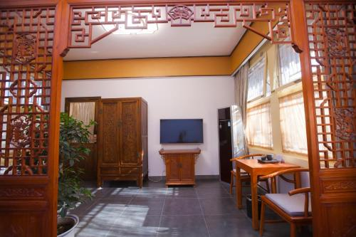 A television and/or entertainment center at Beijing Jingyuan Courtyard Hotel